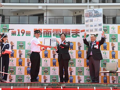 オリジナルフレーム切手「阪堺電車 117周年」の贈呈式